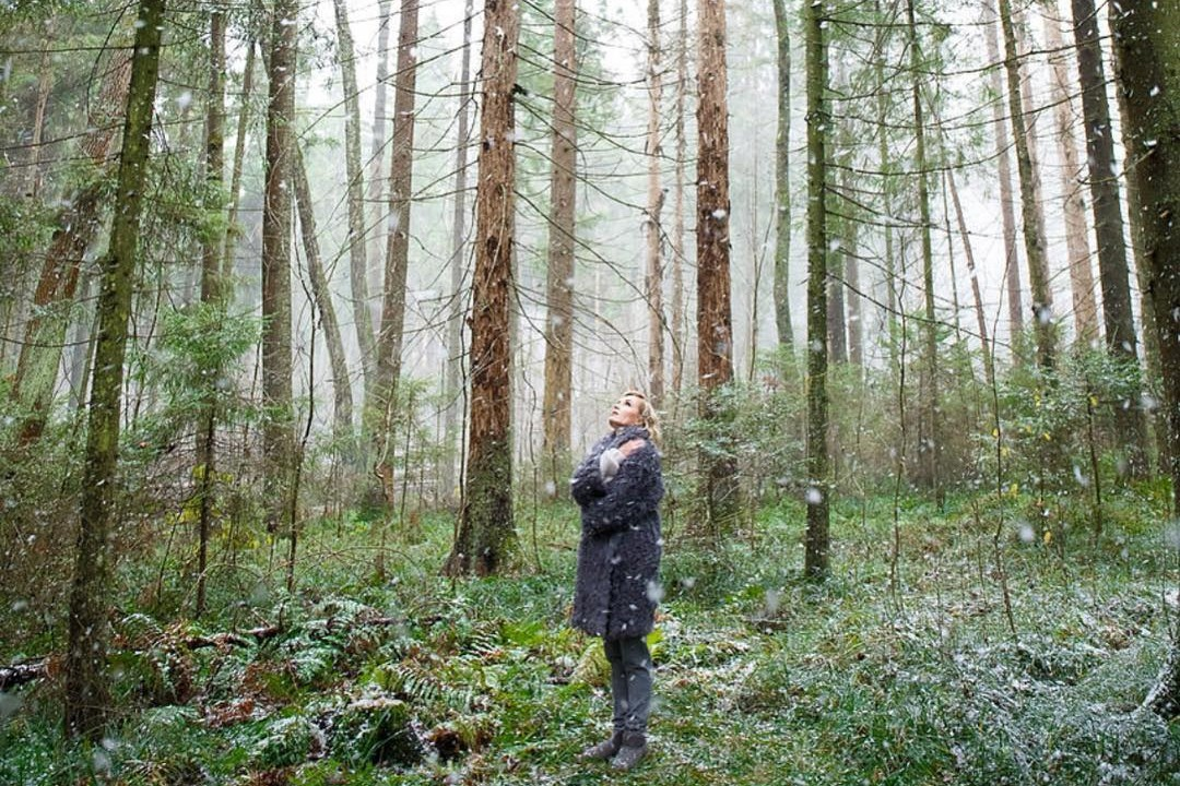 Полина Гагарина в первобытном лесу в купальнике