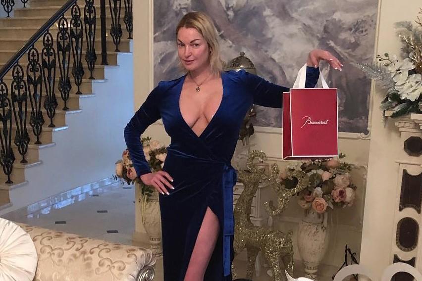 Анастасия Волочкова еле держится на ногах: видео из дома балерины