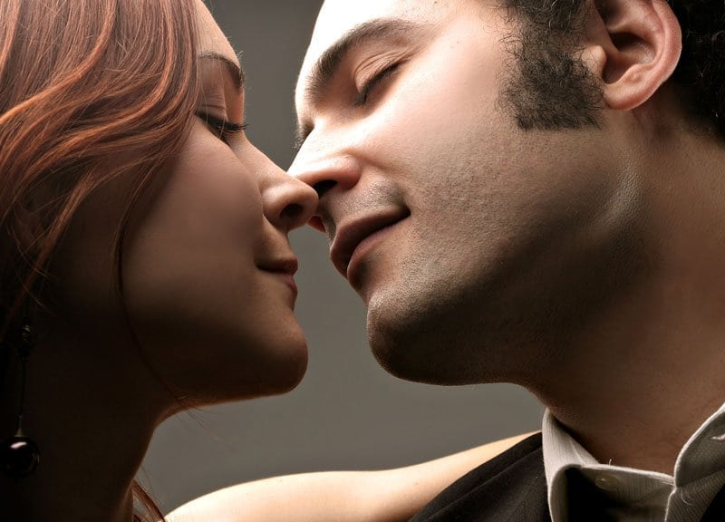 Как понять, что парень хочет тебя поцеловать?