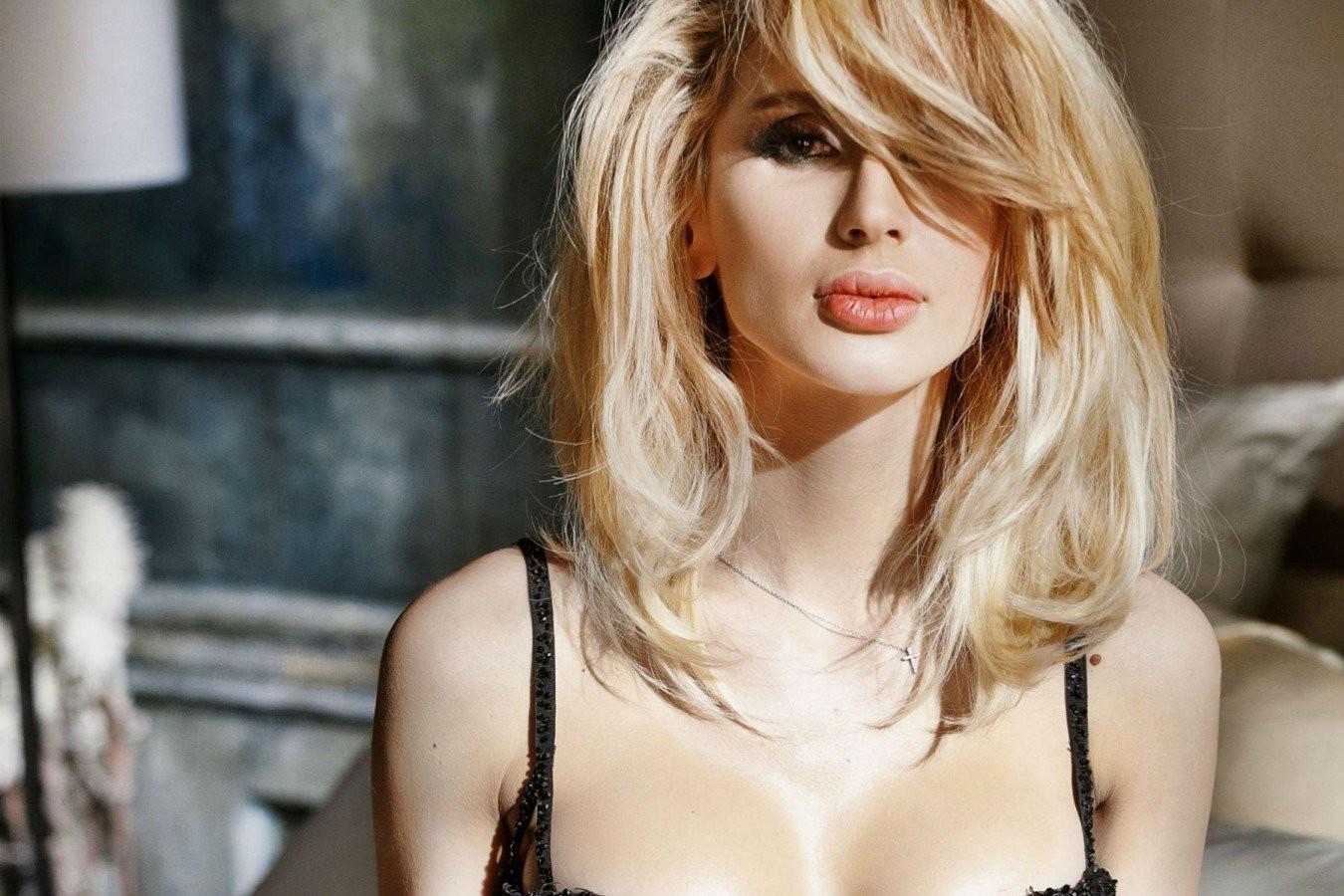 Светлана Лобода показала себя в ультракоротком сафари-жакете