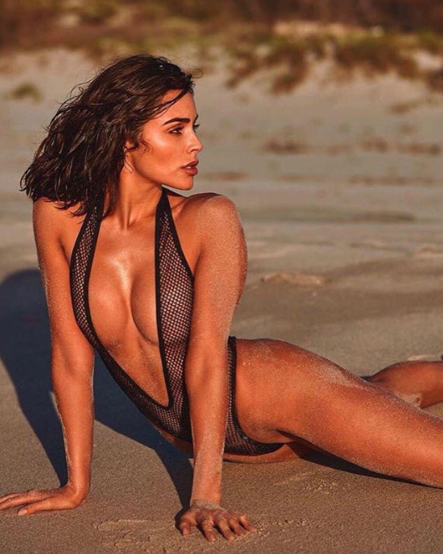 Оливия Калпо похвасталась фигурой в купальнике